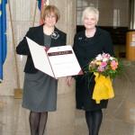 Prof. dr. sc. Tatjana Aparac-Jelušić, dobitnica Nagrade Nacionalne i sveučilišne knjižnice u Zagrebu za 2012. godinu, koju je primila  na svečanoj proslavi Dana NSK. Nagradu joj je uručila glavna ravnateljica Knjižnice, Dunja Seiter-Šverko.
