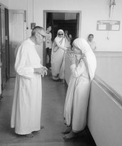 U svome misionarskom radu u Indiji, otac Gabrić surađivao je i majkom Terezom. Slika preuzeta s www.mladi.hbk.hr