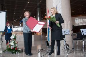Laureatkinja Tatjana Nebesny i glavna ravnateljica NSK dr. sc. Tatijana Petrić na svečanom uručenju Nagrade u Nacionalnoj i sveučilišnoj knjižnici. Fotografija: Darko Čižmek