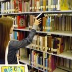 Djevojka u knjižnici